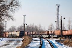 Trains avec beaucoup de chariots noirs de cargaison de charbon photographie stock libre de droits
