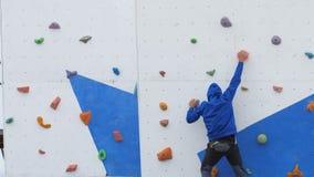 Trains d'athlète sur le mur s'élevant avant la concurrence clips vidéos