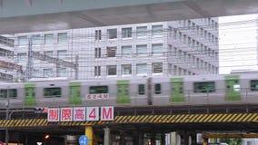 Trains de arrivée et de départ à la station de Tokyo - la gare ferroviaire centrale dans la ville - Tokyo, Japon - 19 juin 2018 clips vidéos