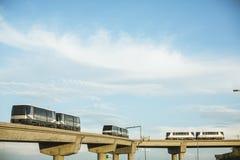 Trains de ciel voyageant sur des rails à l'aéroport de port de ciel de Phoenix Photographie stock libre de droits