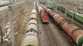 Trains de fret à la cour de manoeuvre de chemin de fer banque de vidéos