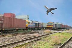 Trains de fret dans le dock avec l'avion pour le fond de logistique Photographie stock libre de droits