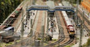 Trains de logistique à la gare ferroviaire clips vidéos