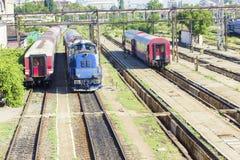 Trains de Roumain dans la station photographie stock