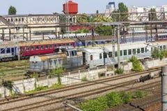 Trains de Roumain dans le dépôt images stock