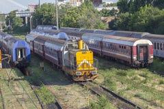 Trains de Roumain dans le dépôt photographie stock libre de droits