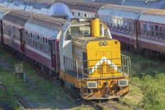 Trains de Roumain dans le dépôt photographie stock
