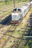 Trains de Roumain dans le dépôt image stock