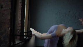 Trains dramatiques pr?s de fen?tre de ballerine blond dans le mouvement lent banque de vidéos