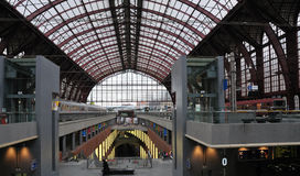 Trains et plafond de gare centrale Anvers Photo stock