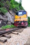 Trains fonctionnant sur la rivière de kwai de croisement de voie de chemins de fer de la mort en ka Image stock
