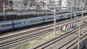 Trains passant sur des rails, dans la ville de Séoul, la Corée du Sud clips vidéos