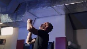 Trains professionnels de boxeur de sportif avec de la balle de tennis dans le gymnase banque de vidéos