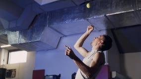 Trains professionnels de boxeur de sportif avec de la balle de tennis dans le gymnase, mouvement lent banque de vidéos