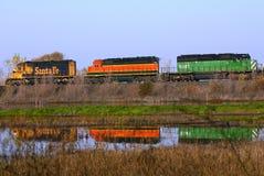 Trains se reflétant dans un lac images libres de droits