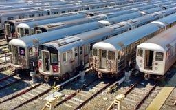 7 trains stockés chez Corona Rail Yard, New York, Etats-Unis Photos libres de droits
