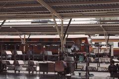 Trains sur la gare ferroviaire dans le pays image libre de droits