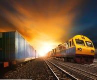 Trainst контейнера индустрии бежать на следе железных дорог против bea Стоковое Фото