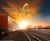 Trainst de récipient d'industrie fonctionnant sur la cargaison d'avion de voie de chemins de fer Images libres de droits