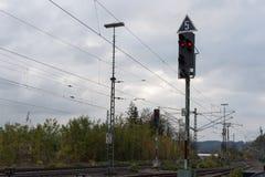trainstation με το τραίνο που περνούν από και τις ράγες με την υποδομή Στοκ Εικόνες