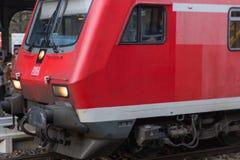 trainstation con el tren que pasa cerca y los carriles con infraestructura fotografía de archivo