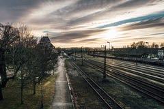 Trainstation en luz del sol fotografía de archivo