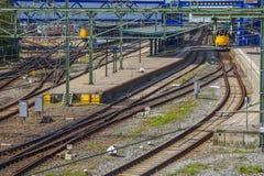 Trainstation med spår Arkivfoton