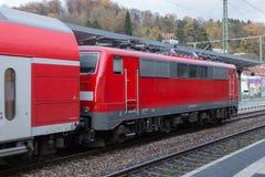 trainstation met trein overgaan door en sporen die met infrastructuur stock foto