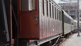 trainwagon wachtend op spoorweg stock video