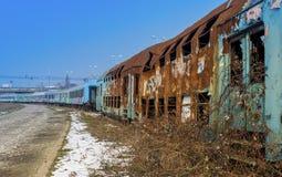Trainwagons détruits abandonnés Photographie stock