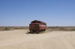 Trainwreck i öknen Arkivfoton