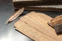 Traité antique avec la plume d'oiseau Photographie stock libre de droits