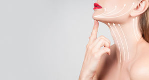 Traitement anti-vieillissement Beau cou de femme avec des lignes de massage photographie stock libre de droits
