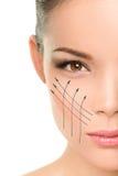 Traitement anti-vieillissement de remontée du visage sur la peau de visage de femme photographie stock