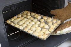 Traitement au four de Cheesepuffs en four (séries de recette) Photographie stock