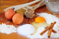 Traitement au four de cuisine de farine d'oeufs Image stock