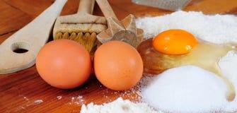 Traitement au four de cuisine de farine d'oeufs Images stock