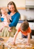 Traitement au four de famille Photos libres de droits