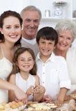 Traitement au four de famille dans la cuisine Photographie stock libre de droits