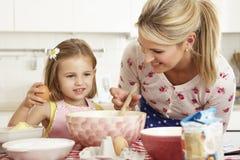 Traitement au four de mère et de descendant dans la cuisine photographie stock