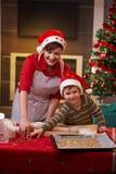 Traitement au four de mère et de fils ensemble pour Noël Image libre de droits