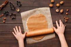 Traitement au four de Noël Pâte de roulement d'enfant pour le pain d'épice de Noël images stock