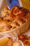 Traitement au four frais et cuvette de thé au déjeuner Photographie stock