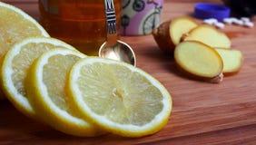 Traitement commun pour le rhume de cerveau - citron, gingembre, miel image stock