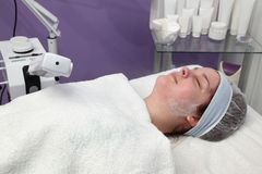 Traitement de beauté de jeune visage femelle, vapeur de massage facial de l'ozone photos stock