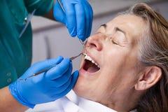 Traitement de gingivite au dentiste Photographie stock libre de droits