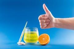 Traitement de grippe Le fruit a dissous des pilules de grippe photo libre de droits