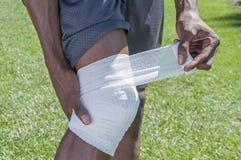 Traitement de la blessure au genou Photo stock
