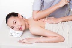 Traitement de mains de femme de massage de corps de Spa de th?rapeute photo stock