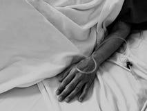 Traitement de réception patient, perfusion de sérum physiologique intraveineuse liquide de baisse d'iv dans la chambre d'hôpital  images libres de droits